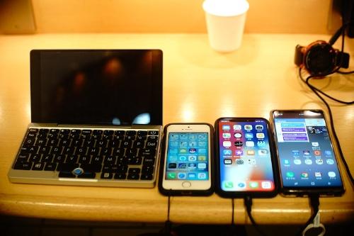 香港に持参したモバイル機器(行く直前に羽田国際空港にて撮影)。左からGPD Pocket、iPhone SE、iPhone X、Galaxy Note 8