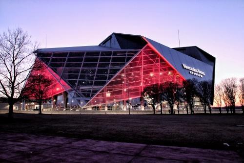 メルセデス・ベンツ・スタジアムの夕景。アトランタの新たなランドマークになっており、スタジアムを背景に写真を撮る観光客も多く見かけた(写真:谷口 りえ)