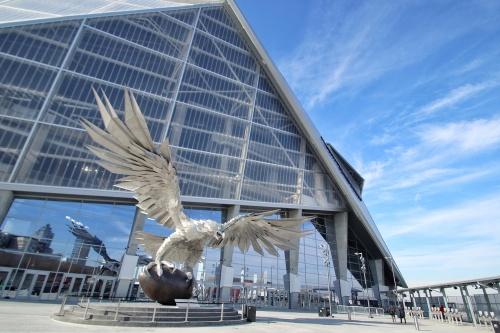 スタジアムの東面。外装にはETFEパネルを採用した。エントランス前のオープンスペースには、巨大なファルコン像が設置されている(写真:谷口 りえ)