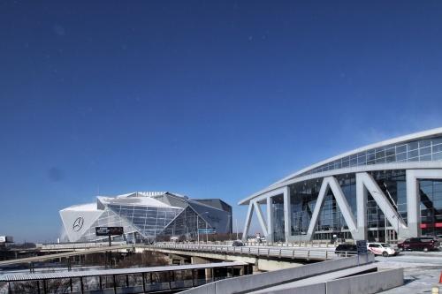 南東側からメルセデス・ベンツ・スタジアムを見る。右手前に見えるのが、NBAのアトランタ・ホークス本拠地の「フィリップス・アリーナ」だ。HOKの改修設計により2019年シーズンにもリニューアルオープンを予定している(写真:谷口 りえ)