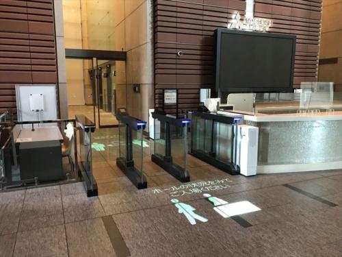 非接触でエレベーターに乗れる「ELE-NAVI(エレ・ナビ)」を導入している新東京ビルディング(東京都千代田区)。セキュリティーゲートとエレベーターが連動している。どちらも三菱電機の製品だ(写真:三菱電機)
