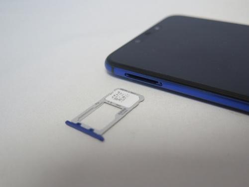 nano SIMを2枚セットでき、DSDV(デュアルSIMデュアルVoLTE)に対応。ただし、au VoLTEはソフトウエアアップデートによって対応する予定。microSDカードは2枚目のSIMとの排他利用となる