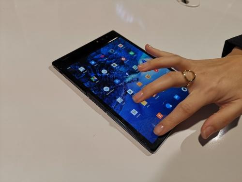 中国・柔宇科技(ロヨル)のスマホ「FlexPai」は折り曲げられる。開いた状態ではタブレットとして使える