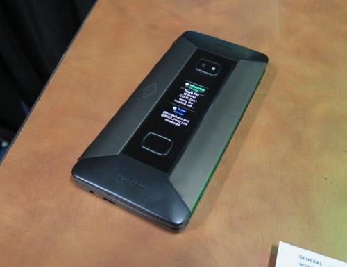 英ベンチャーのプラネットコンピューターズのスマホ「COSMO COMMUNICATOR」。背面に1.9インチのサブディスプレーを搭載。閉じたままでも、通知などを確認できる