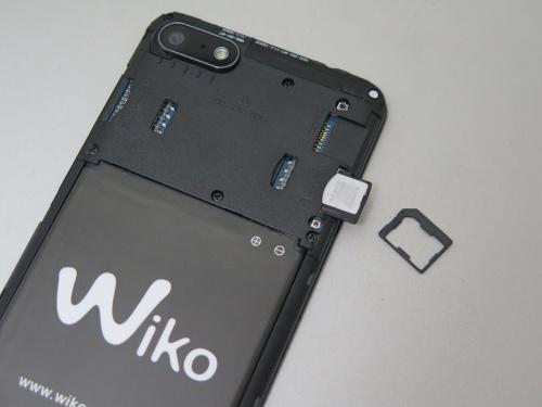 背面カバーを外して、左右にmicroSIMをセットできる。SIMのサイズを変更可能なアダプターを同梱。microSDスロットも独立しており、最大128GバイトのmicroSDカードを装着できる