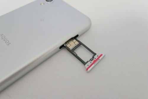 本体左側にはSIMとmicroSDのスロット。SIMはnanoサイズで1枚しかセットできない。microSDは最大512Gバイト