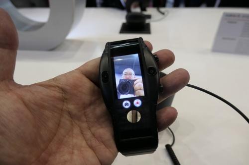 ブラックの通常モデルは449ユーロ(約5万7000円)。ウエアラブルだがカメラも搭載している