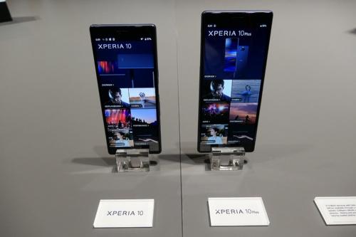 ミドルクラスモデルとしてグローバルで発売する、ソニーモバイルコミュニケーションズの「Xperia 10」(左)と「Xperia 10 Plus」(右)
