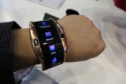 「腕に巻くスマホ」の感覚で使えそうな「Nubia α」。18金メッキモデルは649ユーロ(約8万2000円)