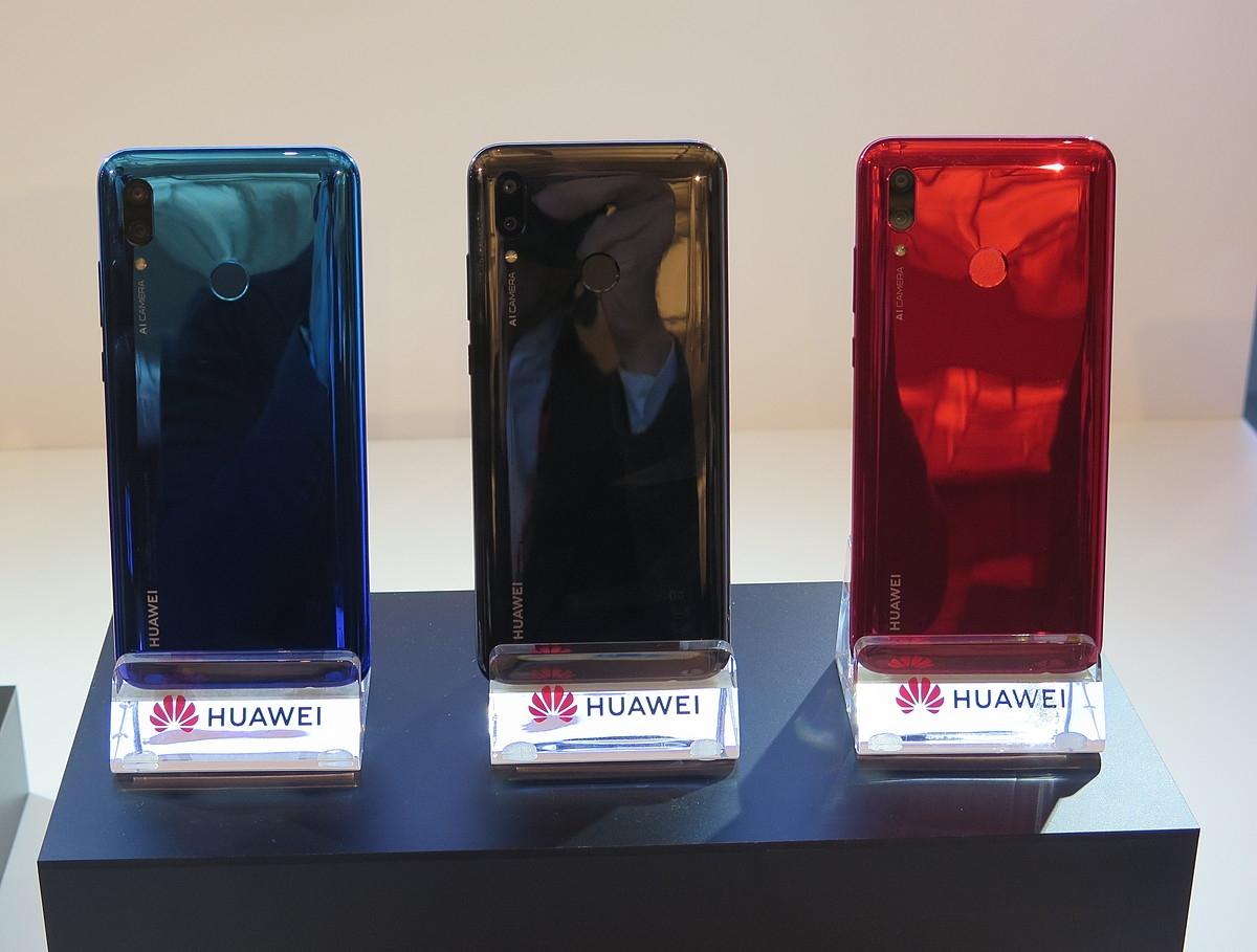 カラーバリエーションは、左からオーロラブルー、ミッドナイトブラック、コーラルレッドの3色