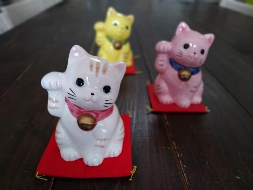 手前の招き猫にピントを合わせて、背景をぼかした作例