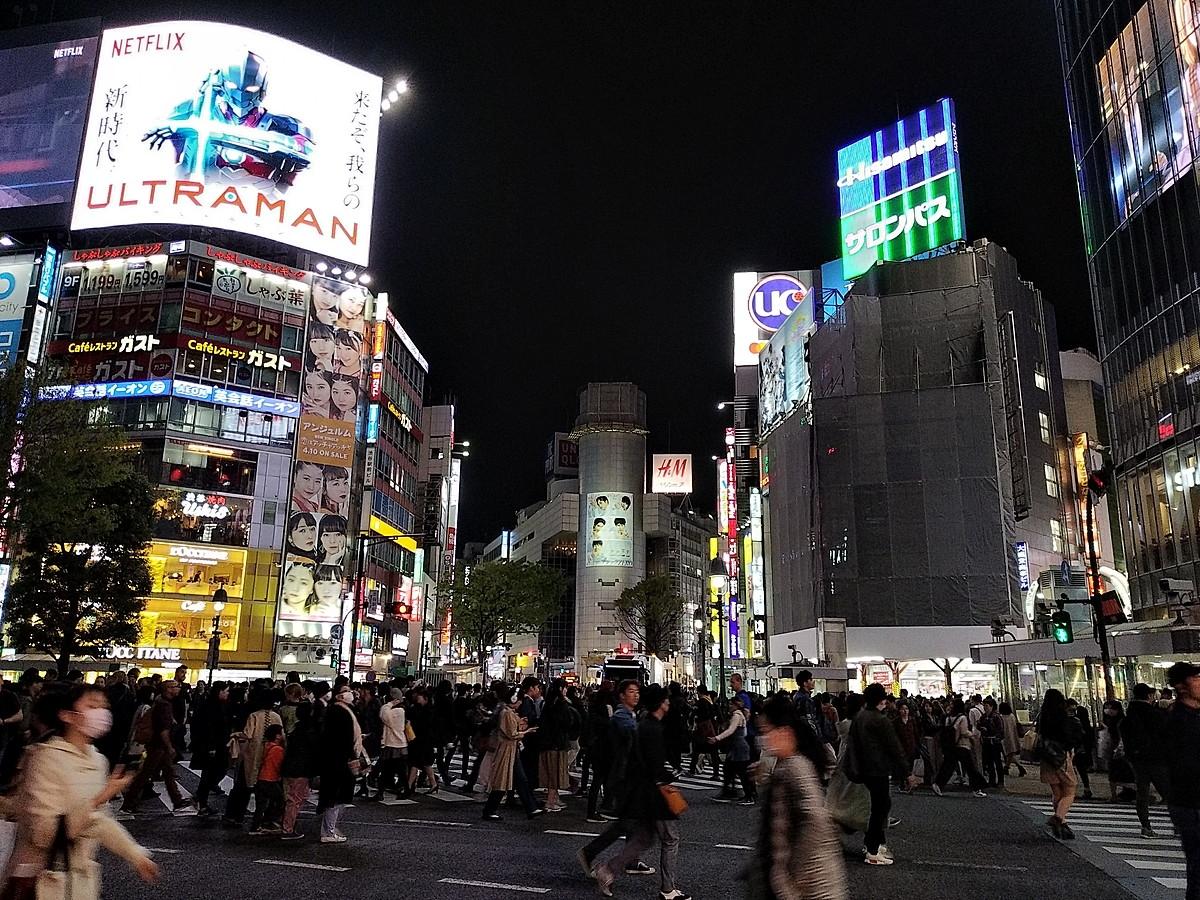 東京・渋谷の夜景を撮影。エントリーモデルでこの画質で撮れたら上々だろう