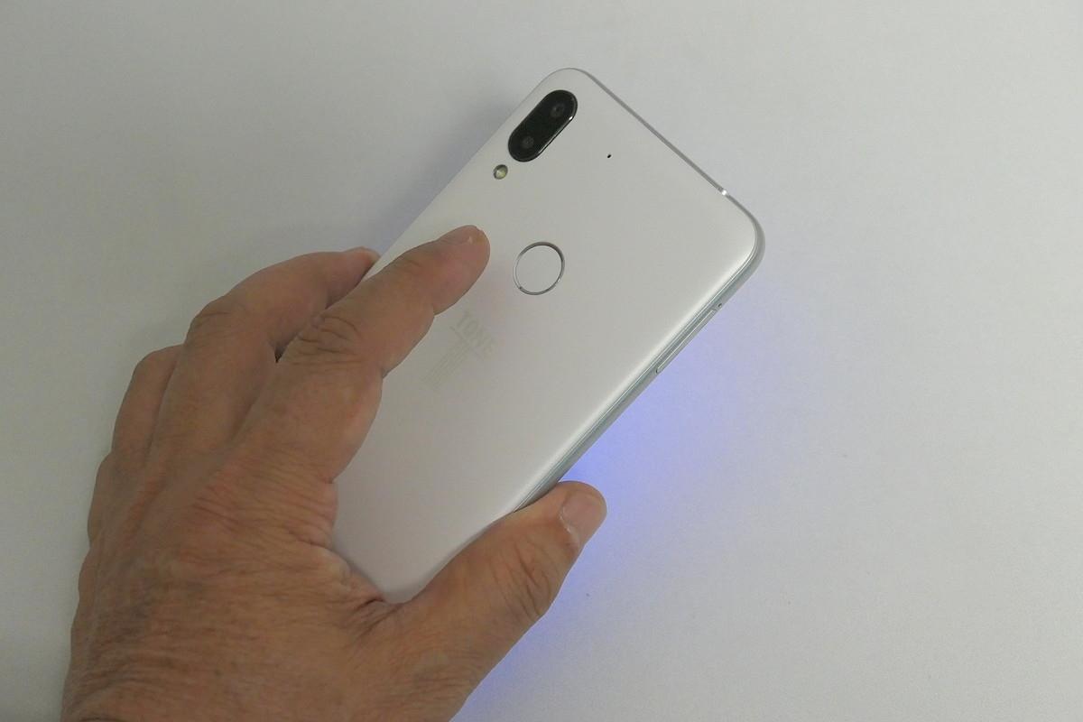 指紋センサーは人さし指が触れやすい位置にあり、アンロックもスピーディー