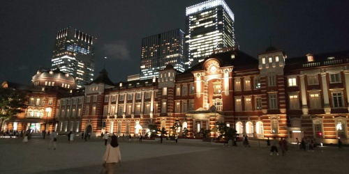 ライトアップされた東京駅の駅舎を撮影。デュアルカメラやトリプルカメラを搭載する他社のフラッグシップモデルにはやや劣る
