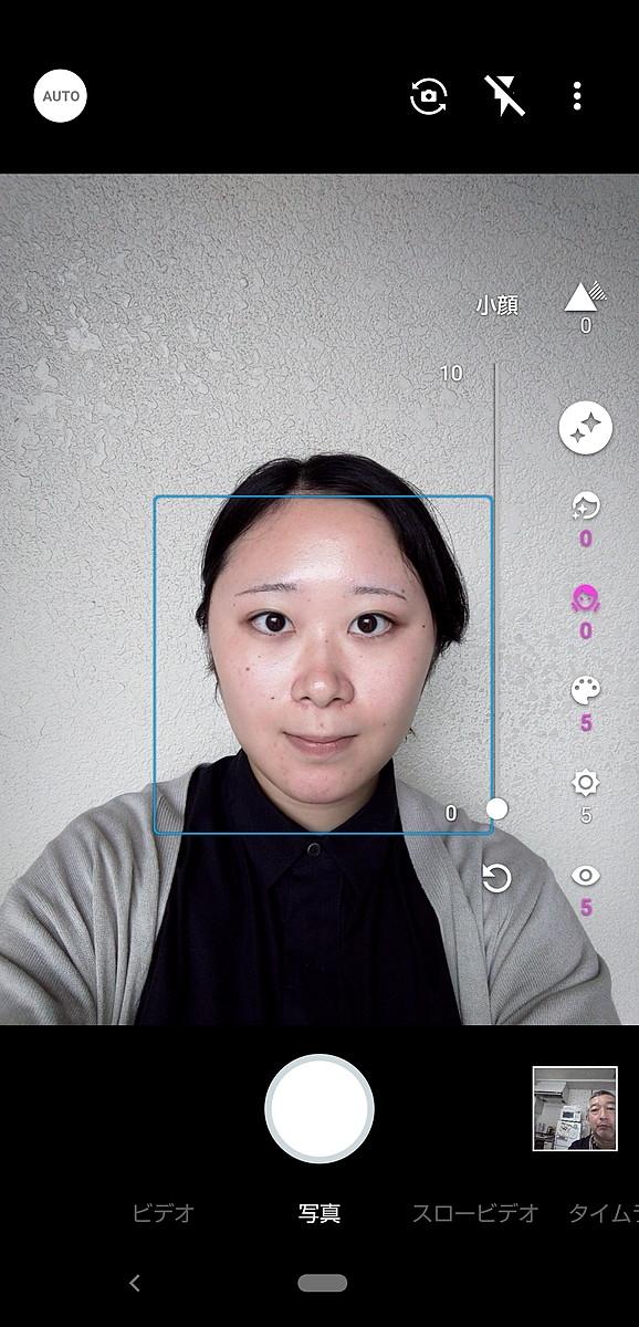 インカメラの撮影画面。「美肌」、「小顔」、「色合い」、「明るさ」、「目」を、それぞれ10段階から選んで設定できる