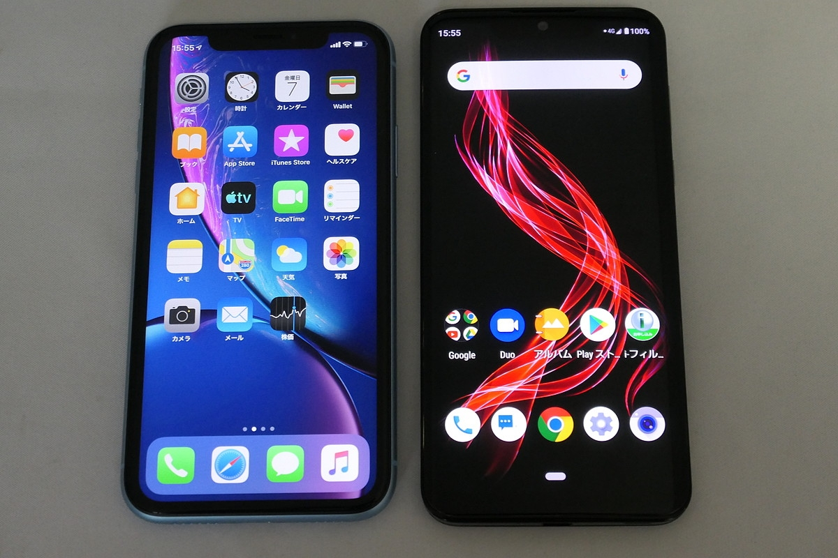 6.1インチの液晶ディスプレーを搭載するiPhone XR(左)よりもひと回り大きい