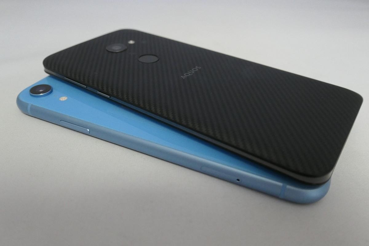 AQUOS zeroの厚さは約8.8ミリだが、iPhone XR(厚さ8.3ミリ)よりもスリムに見える。重さは約146gで、iPhone XR(194g)よりも圧倒的に軽い