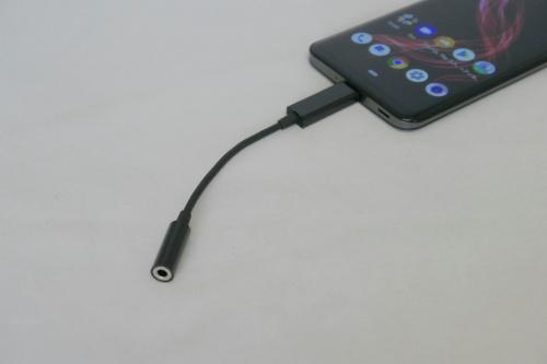 底部のUSBポートは、表裏どちらでも挿せるType-C形状。付属のアダプターを用いて、イヤホンも挿せる