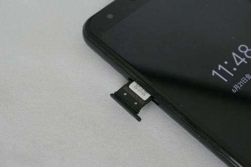 左側面にSIMスロットを搭載し、nano SIMをセットできる。SIMは1枚しか挿せず、microSDも使えない