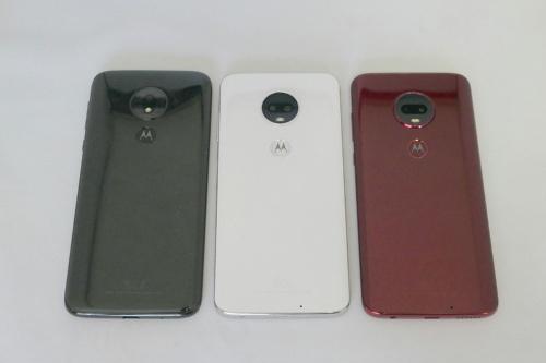 左からmoto g7 power、moto g7、moto g7 plus。背面のデザインは共通しているが、g7 plusとg7がデュアルカメラで、g7 powerはシングルカメラ。3機種いずれも、モトローラのロゴの部分は指紋センサー
