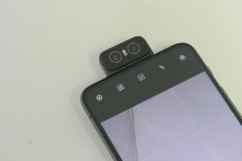 カメラを前面にした状態。自撮りをする際カメラが目立つので、カメラ目線で撮りやすいのもメリットだろう