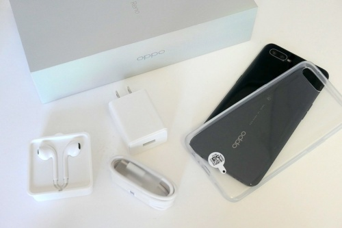充電アダプター、USBケーブル、ステレオイヤホン、スマホケースを同梱