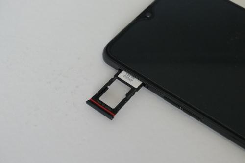 SIMスロットはnanoSIMを2枚セットでき、2枚目はmicroSDとの排他利用になっている