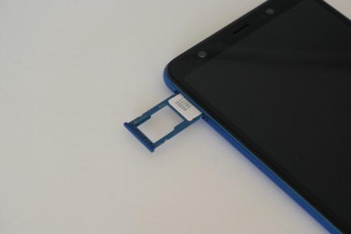 左サイドにnanoSIMとmicroSD(最大512Gバイト)のスロットがある。SIMは1枚しか挿せないが、楽天モバイル以外のドコモ回線、au回線のSIMも利用可能だ