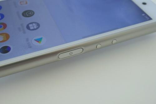 右側面に音量ボタンと電源ボタンを搭載。電源ボタンは指紋センサーを兼ねる