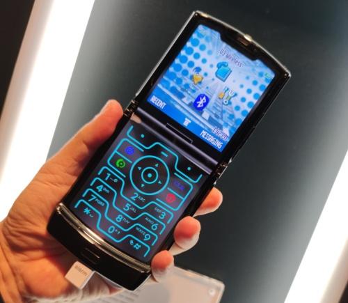 日本でも2006年に発売された「RAZR」を想起させる画面にも切り替えられる