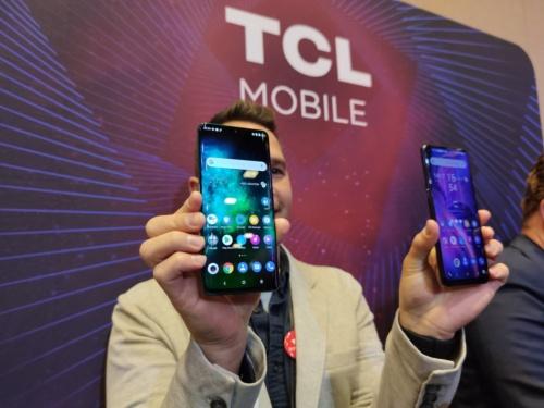 左が「TCL 10 Pro」、右が「TCL 10 5G」