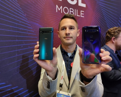 左が「TCL 10 Pro」で、右が「TCL 10 5G」。「TCL 10 Pro」の背面には指紋センサーがないが、他の生体認証機能は備えているはずだ