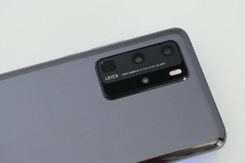 背面にライカカメラが監修した4眼カメラを搭載。メインカメラはスマホでは最大級の1/1.28の大型センサーを採用している