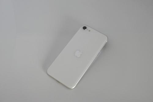 背面パネルは表面はガラスで、iPhone 8に近い印象だ。アップルマークのみで、iPhoneのロゴは入っていない