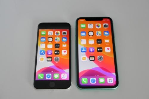 左がiPhone SE(第2世代)で、右がiPhone 11。iPhone 11の横幅は75.7ミリで、重さは194グラムとかなりある