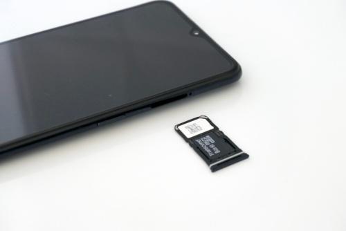 SIMスロットには2枚のnanoSIMを搭載でき、DSDV(デュアルSIMデュアルVoLTE)に対応。2枚目のSIMの代わりにmicroSDカード(最大256Gバイト)を装着することも可能