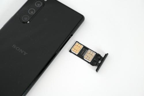 左側面のSIMスロットには、nanoSIMを2枚セットできる。2枚目のSIMの代わりにmicroSD(最大512Gバイト)を装着することも可能だ