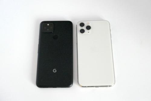 サイズ感はiPhoneの主力モデルに近い。筆者が持っているiPhone 11 Pro(右)と比べてみた。