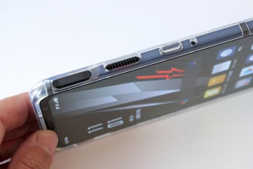 付属のクリアケースはタッチセンサーや排気口を塞がない仕様になっている