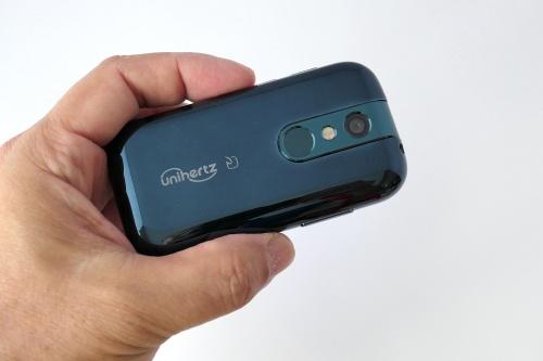 背面パネルは美しい光沢仕上げ。指紋センサーとFeliCaを搭載し、小さいながらも使い勝手に妥協がないと感じられる