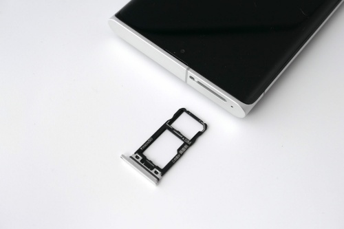 スロットにはnanoSIMとmicroSD(最大1TB)を装着可能。SIMは1枚しか挿せない