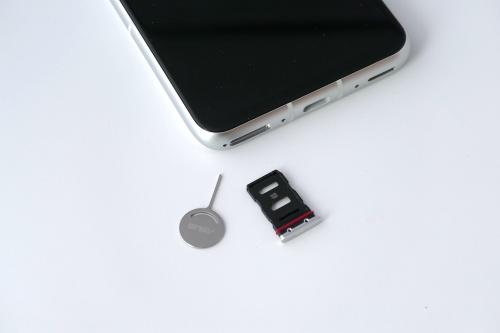 SIMスロットには表裏1枚ずつnanoSIMを装着できる