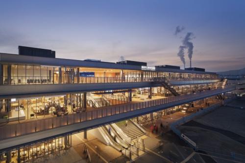 JR徳山駅北口に立つ地上3階建ての施設。橋上駅舎の自由通路と一体的に整備され、施設内を通路が貫通して駅前広場へとつながる。建物は街に向けて全面ガラス張りで、広いテラスも張り出す。1969年に建てられた旧駅ビルとほぼ同位置で建て替えた(写真:吉田 誠)