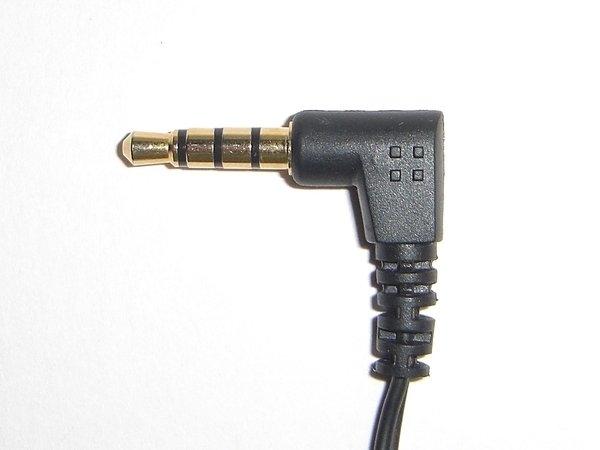 ステレオヘッドホン兼用のヘッドセットに使われるミニプラグ。接点は4つ。ステレオの音声とマイクの信号を伝送できる