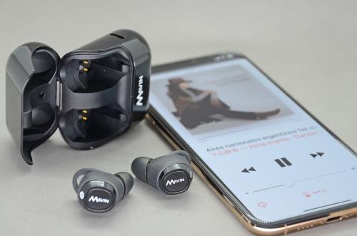 TWS Plus技術と最新Bluetooth音声処理用SoC「QCC3026」を搭載したMavin Air-X。写真左上のケースは充電器も兼ねている(筆者撮影、以下同じ)