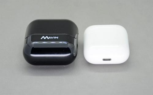 充電ケースはAir-X(左)のほうが一回り大きい。しかし、その程度の容積アップでバッテリー持続時間はAirPodsの2倍を確保