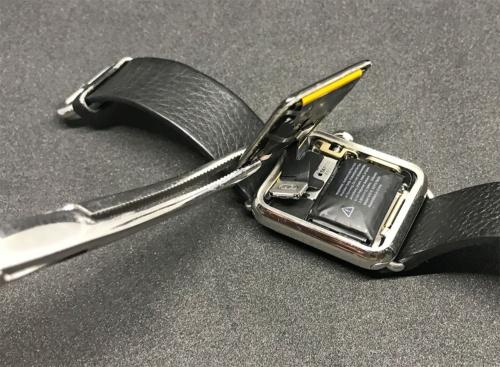 膨らんでしまった筆者のApple Watchの電池。装着中に突然、文字盤がペロンと剥がれてしまった