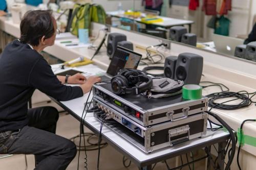 ホールなどのモバイル録音の現場では、楽屋に機材を持ち込み、ケーブルを引き込んで24bit/96k〜192kHzで収録する。北欧製のスピーカー「Genelec」やドイツ製のオーディオインターフェース「RME Fireface UFX II」をMacBook Proに接続している