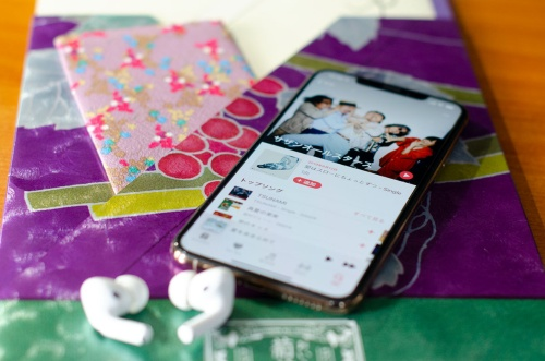 サザンオールスターズの全シングル・全アルバムがサブスクに登場。写真は凝りに凝ったサザンの超豪華ツアーパンフレットとiPhone