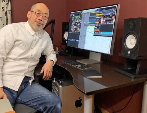 今回取材に協力してくれた秋山公良氏とApple Pro Display XDR。Mac Proは机の下に置かれている